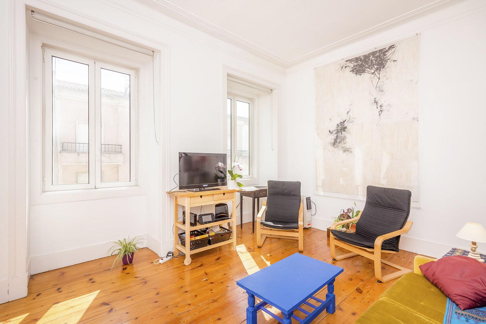 INFORMAÇÃO ESSENCIAL: - - Localizado num dos bairros mais procurados em Lisboa- Edifício e apartamento renovados recentemente- Cozinha equipada com muita luz natural- Excelente investimento, baixa de preço de €30.000