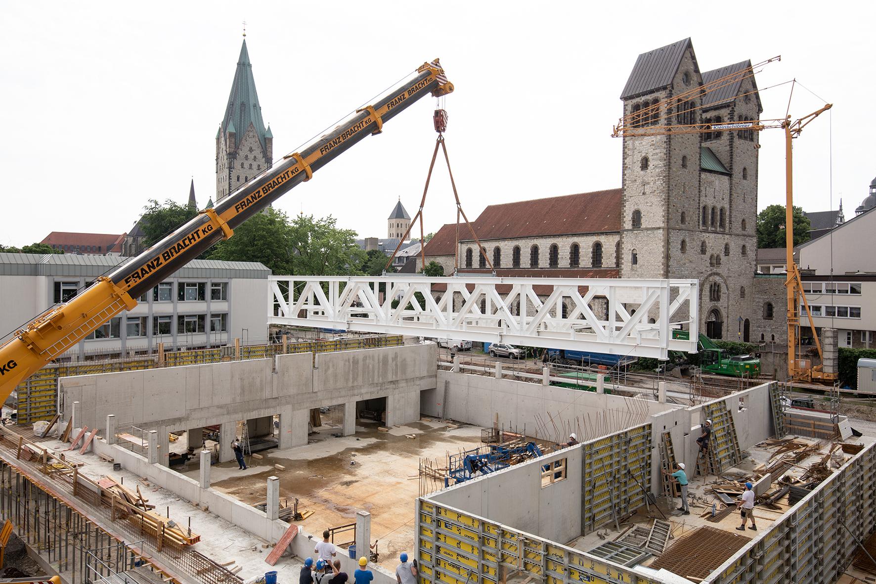 Baufortschritt - Der vorgefertigte Stahlfachwerkträger wurde eingebrachtJuni 2019