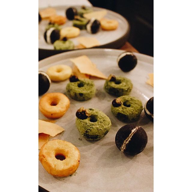 "PETIT FOURS ⠀⠀⠀⠀⠀⠀⠀⠀⠀⠀⠀⠀ · Buttermilk & Matcha Mochi Donuts, Last Year's Blackberries ⠀⠀⠀⠀⠀⠀⠀⠀⠀⠀⠀⠀ ⠀⠀⠀⠀⠀⠀⠀⠀⠀⠀⠀ · Parsnip & Cocoa ⠀⠀⠀⠀⠀⠀⠀⠀⠀⠀ ⠀⠀⠀⠀⠀⠀⠀⠀⠀⠀⠀⠀ · Brown Butter Apricot Jam & Honey Tuile ⠀⠀⠀⠀⠀⠀⠀⠀⠀⠀⠀⠀ ⠀⠀⠀⠀⠀⠀⠀⠀⠀⠀⠀⠀ ⠀⠀⠀⠀⠀⠀⠀⠀⠀⠀⠀⠀ ⠀⠀⠀⠀⠀⠀⠀⠀⠀⠀⠀⠀ Fun fact, in the late 1800s, many people moved to Seattle in hopes to strike rich on gold. There wasn't much, so here's my nod: Matcha Mochi Donuts with ""fool's gold"". ⠀⠀⠀⠀⠀⠀⠀⠀⠀⠀⠀⠀ ⠀⠀⠀⠀⠀⠀⠀⠀⠀⠀⠀⠀ ⠀⠀⠀⠀⠀⠀⠀⠀⠀⠀⠀⠀ 📸@gretybear"