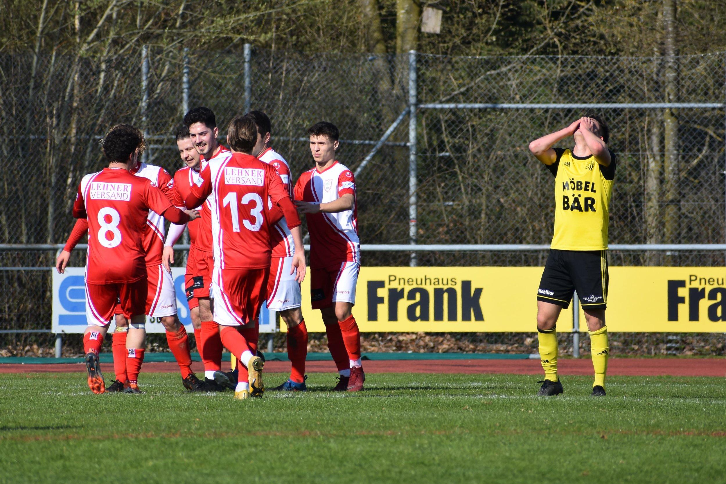 Die Spieler des FC Sursee bejubeln den 1-0 Führungstreffer. Foto: Ronny Arnold