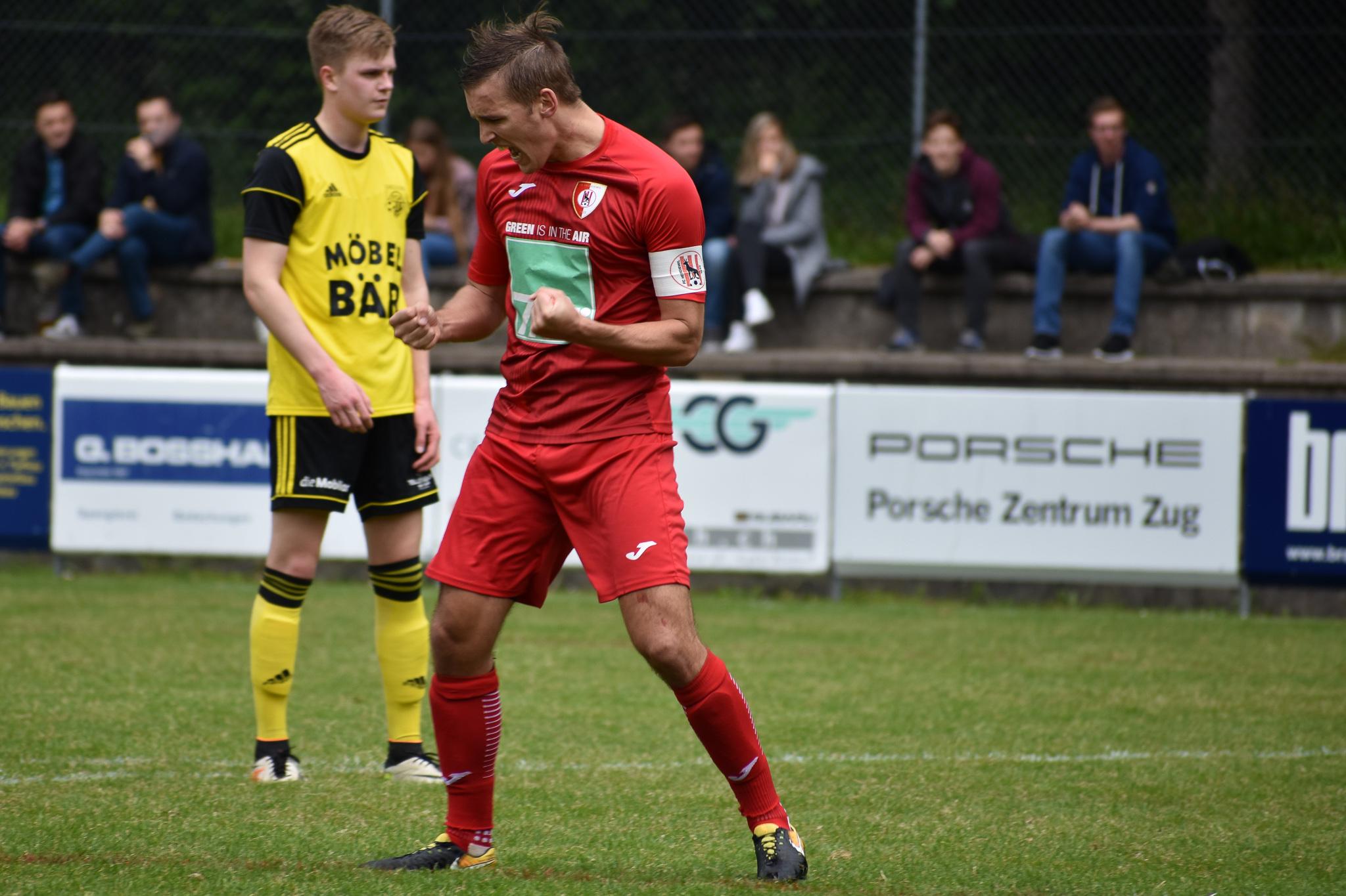 FC Hergiswil Captain Yves Erni bejubelt seinen Führungstreffer. Foto: Ronny Arnold