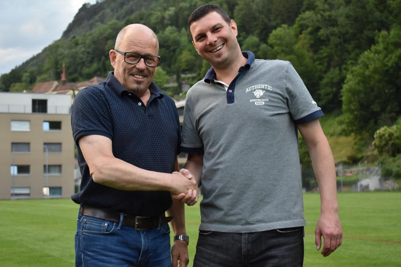 Präsident Remo Arnold dankt dem abtretenden Vorstandsmitglied Rolf Odermatt für seine Arbeit. Foto: Ronny Arnold