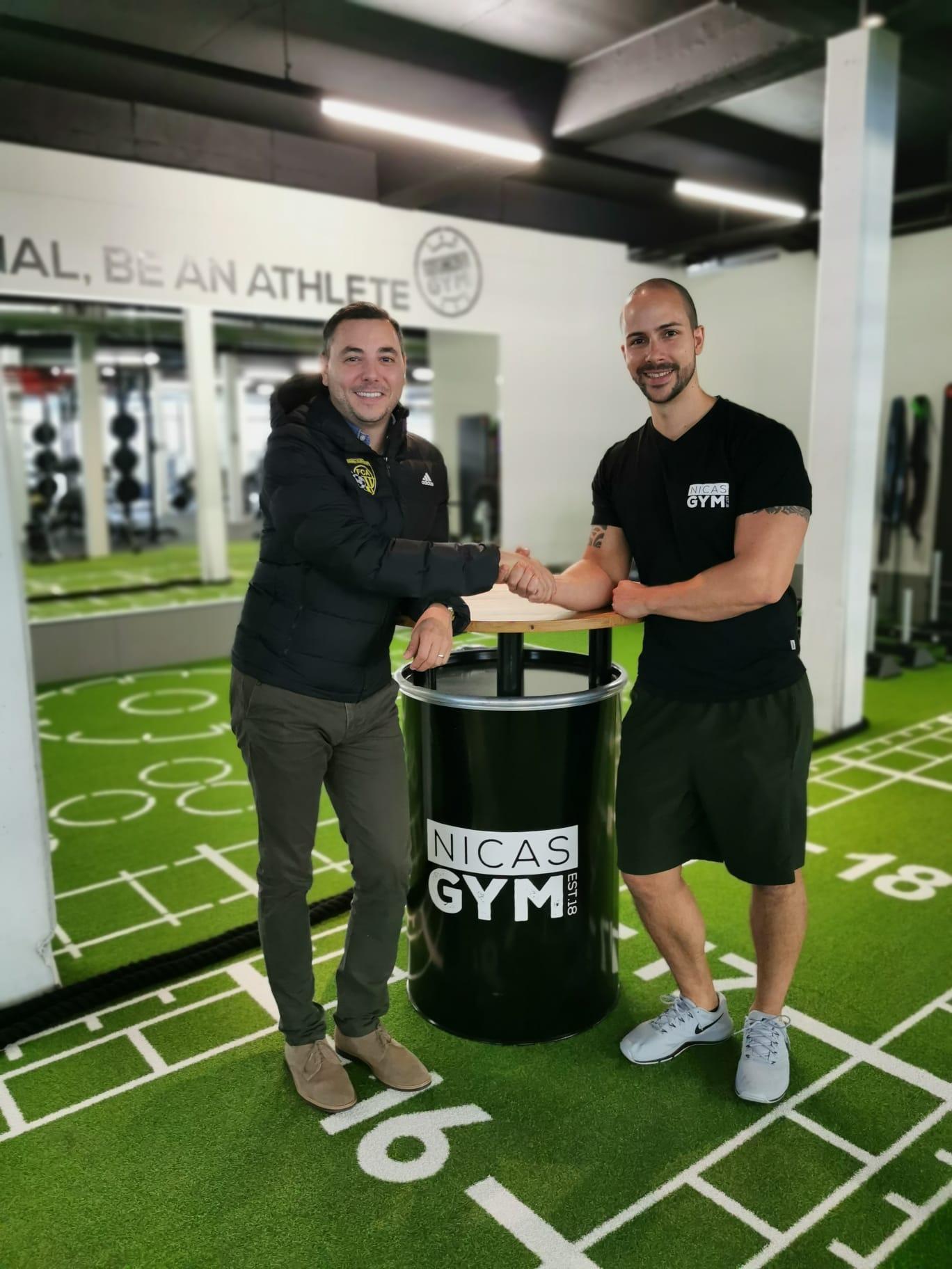 Maurizio Persi (FC Altdorf) zusammen mit Valentin Nica, Gründer und Geschäftsführer von NicasGym.
