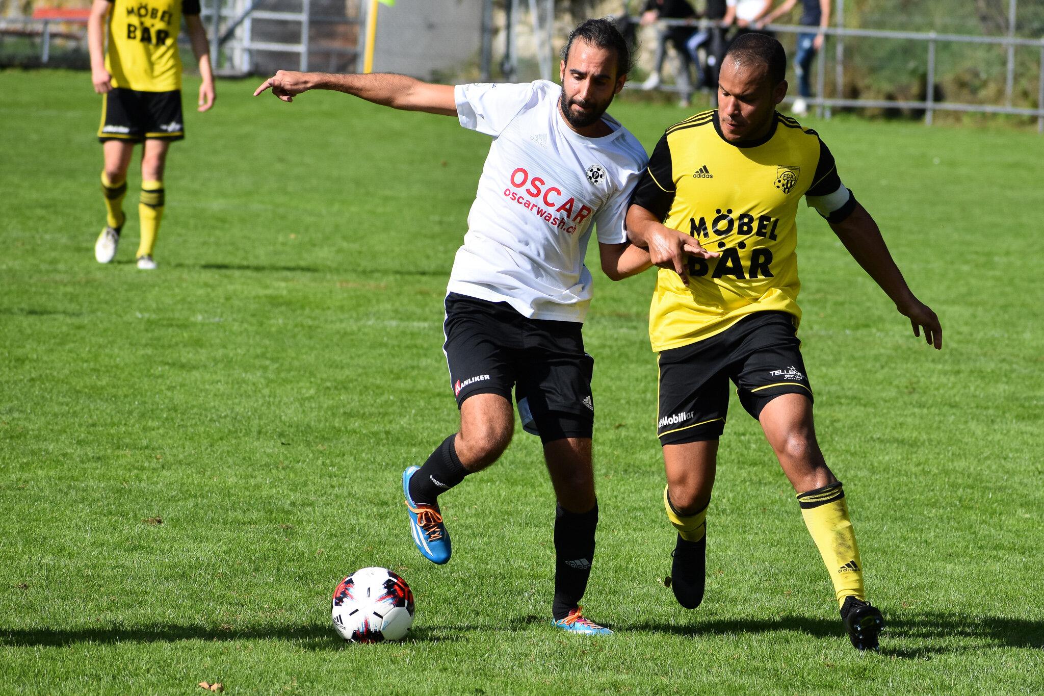 Torschütze Andrej Barbarez setzt sich gegen Altdorfs Captain Calderon durch. Foto: FC Altdorf