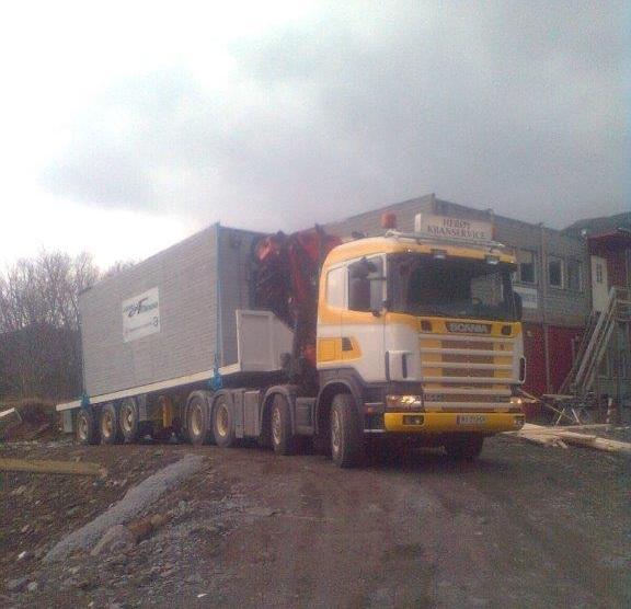 Levering av lagercontainer med kranbil