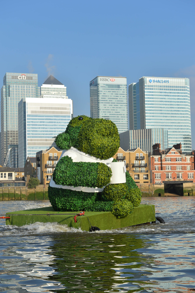 PG-TIPS-GREEN-TEA-ENERGISES-LONDON-WITH-A-GIANT-FLOATING-GREEN-MONKEY-2_670.jpg