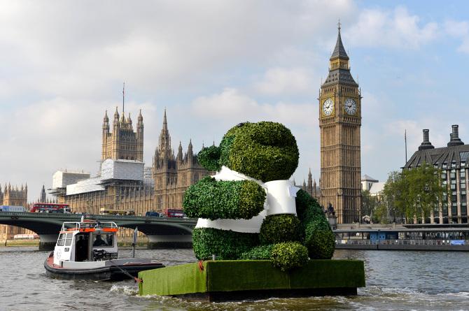 PG-TIPS-GREEN-TEA-ENERGISES-LONDON-WITH-A-GIANT-FLOATING-GREEN-MONKEY-5_670.jpg