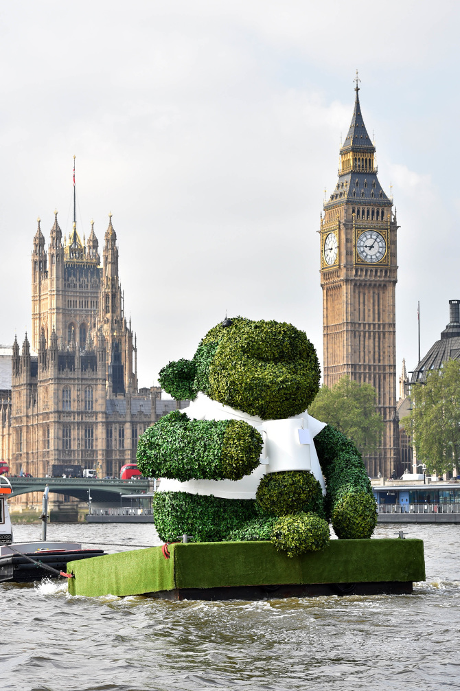 PG-TIPS-GREEN-TEA-ENERGISES-LONDON-WITH-A-GIANT-FLOATING-GREEN-MONKEY-6_670.jpg