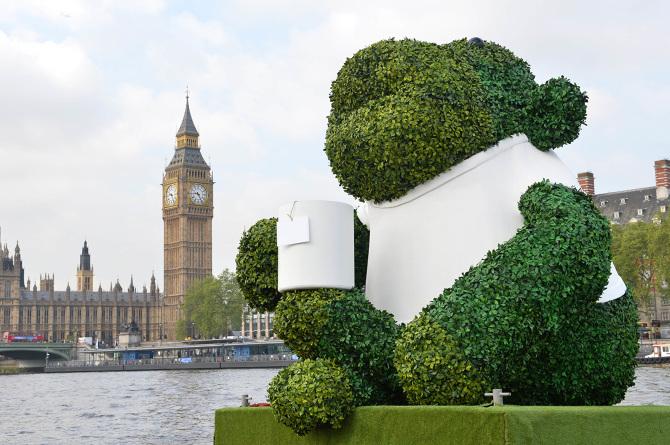 PG-TIPS-GREEN-TEA-ENERGISES-LONDON-WITH-A-GIANT-FLOATING-GREEN-MONKEY-7_670.jpg