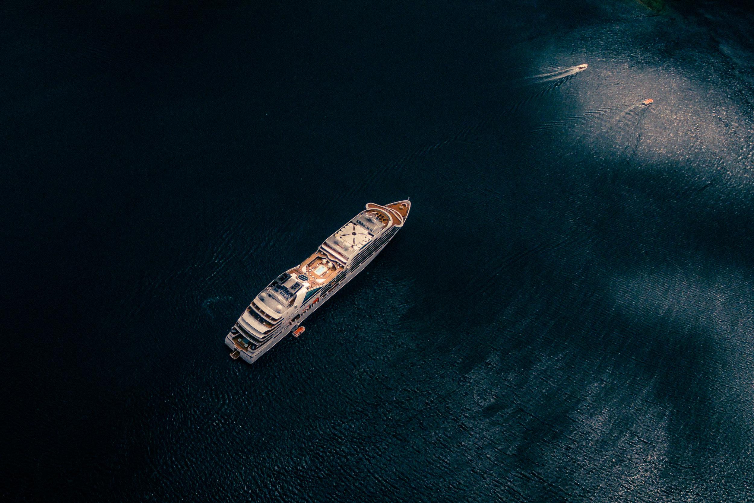 Yacht - Karrieren begyndte da hun efter sin CIDESCO uddannelse blev udtaget til at arbejde på tre af de mest luksuriøse 6-stjernede yacht skibe – Seabourn Legend, Silversea Cloud og Seabourn Sojourn.
