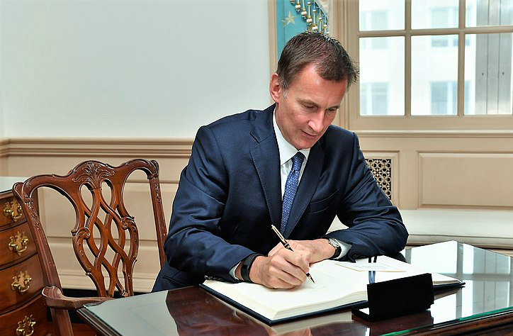 800px-UK_Foreign_Secretary_Hunt_Signs_Secretary_Pompeos_Guestbook_43296923765.jpg