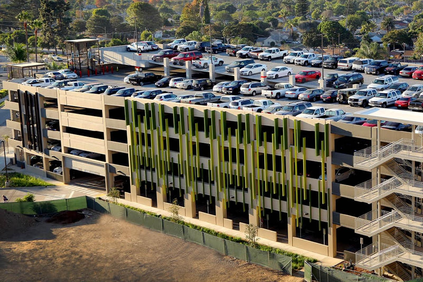 COMMUNITY MEMORIAL HEALTH SYSTEM PARKING STRUCTURE - Ventura, CASix story post-tensioned concrete structure for 571 cars.Contractor: SWINERTONArchitect: IDG PARKITECTS