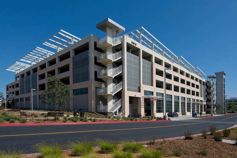COUNTY OPERATION CENTER PARKING STRUCTURE B1 - San Diego, CAFive story post-tensioned concrete structure for 839 cars plus tall ground level maintenance facility for county vehicles.Contractor: McCARTHYArch: PARKING DESIGN SOLUTIONS (PDS)