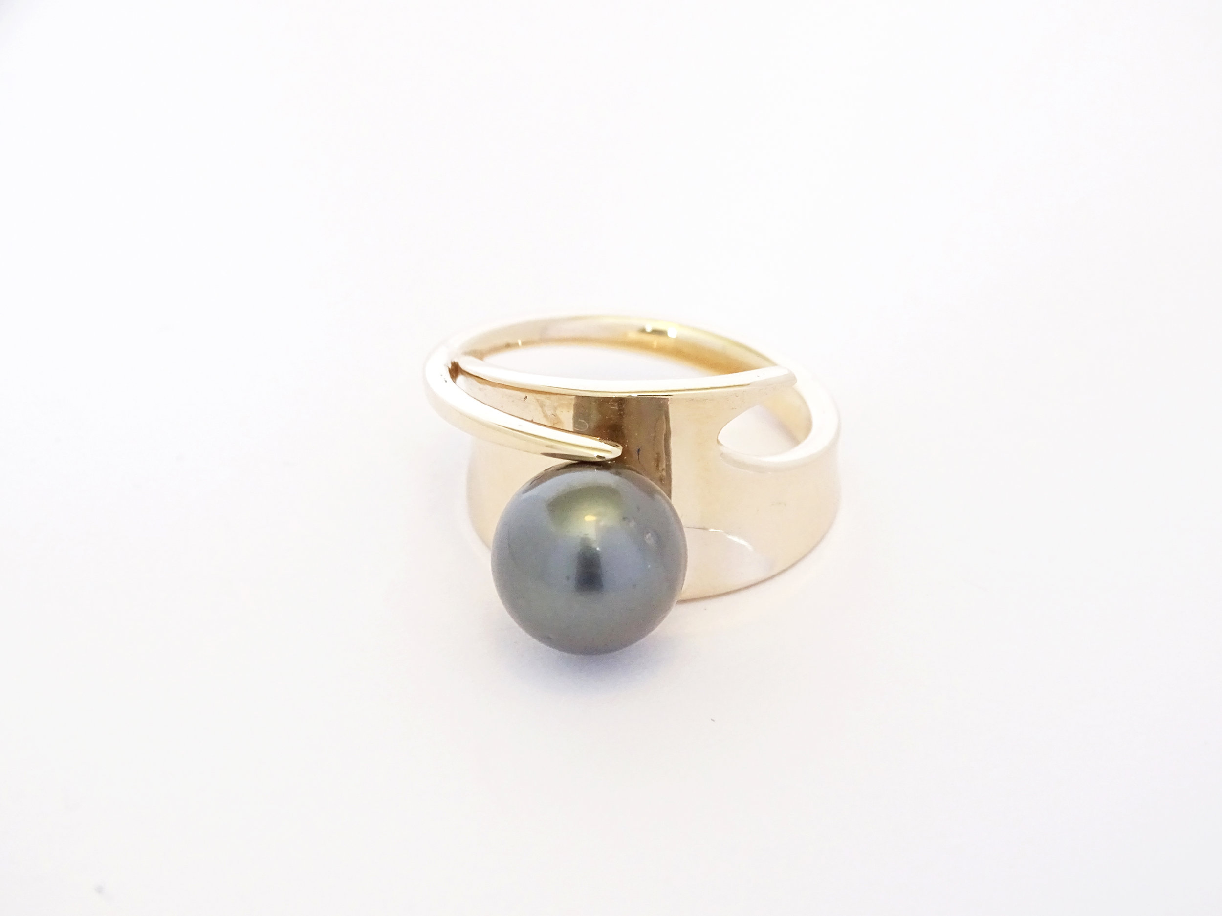 Curved pearl ring