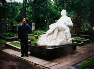 At the grave of Chaliapin in 1998 in Novodevichy Cemetery in Moscow, an extraordinary site
