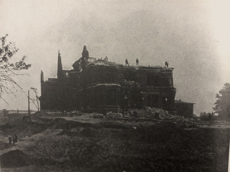 Demolition of the Samuel Andrews estate, 1923. By that time, the glory days of the avenue were already over.