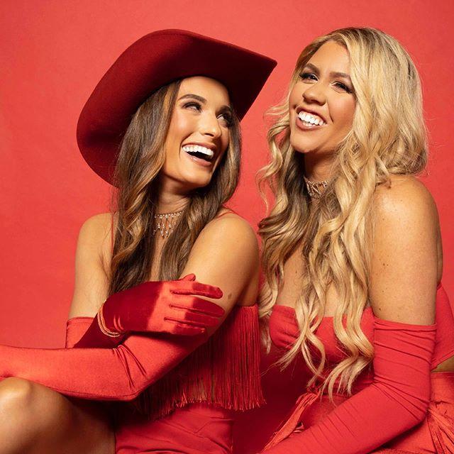 Stubborn Woman. THIS. FRIDAY. • 📸: @logenctv 💄: @makeupby_paigehiggins 💁🏼♀️💁🏻♀️: @brittaneyshaee @hairbysammitchell . . . . . . #stubbornwoman #stubbornwomanchallenge #red #cowboyhats #twinning #nextwomenofcountry #duo #countryduo #newmusic #newmusicfriday