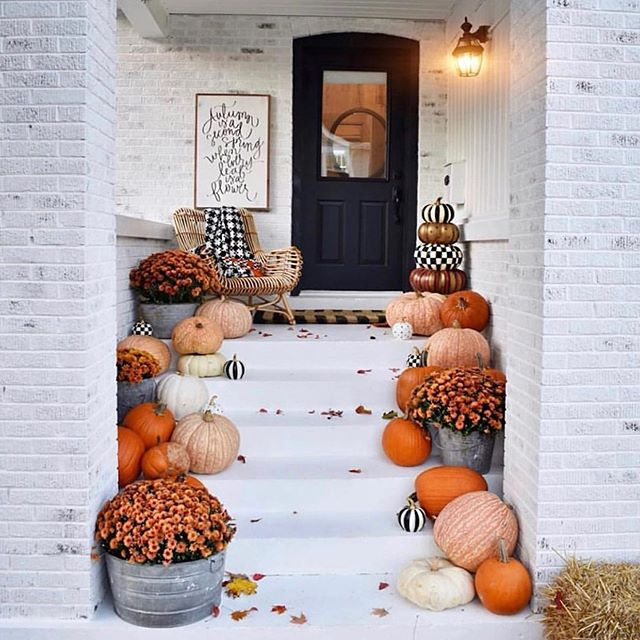 This porch is all I need this fall! 🍂🍁 . Just like most of you, fall is my absolute favorite time of the year! If I had a porch like this one by @kindredvintage , I think my life would be complete. . Unfortunately, Arizona doesn't lend itself to amazing craftsman porches or changing leaves in the fall, so I'll just make do with some sweater weather and desert views 💁🏼‍♀️🌵A girl can dream, right? . . . . #frontporch #frontporchdecor #kindredvintage #falldecor #falldecorating #pumpkins #pumpkindecor #fallporchdecor #mumflowers #craftsmanstyle #southerncharm #southernporch #ilovefall #autumndecor #madisonbustamante