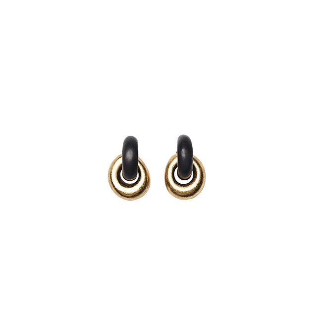 black and gold by @moniesofficial . . . . . #Monies #Fashion #Art #Design #Materials #HandCraft #HandMade #CustomMade #ShopHouston #HoustonFasion #RiverOaksHouston #Houston #shoplocalhouston #Houstonblogger #statementpiece #statementjewelry #neon #gold #naturalmaterials #highfashion  #earrings #earringsoftheday