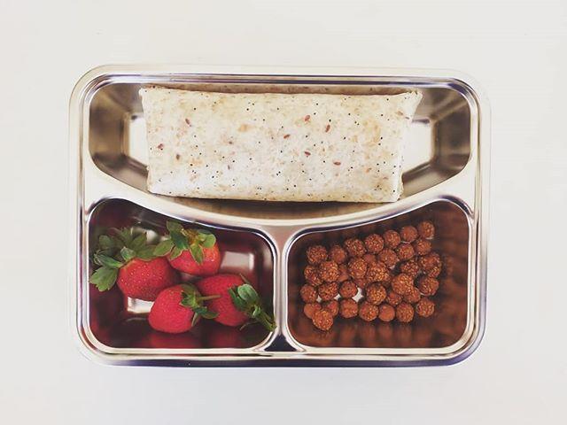Wat is vir middagete? Hoenderwrap, soetste aarbeie en kaneelkekerertjies. 😍 . . . #chickpeas #garbanzobeans #wrap #strawberry #lunchbox #lunch #lunchboxideas #stainlesssteellunchbox #delicious #mumgotthis #healthyfood #healthylunch #digin #canweeatnow #capetownmom #sablogger #afrikaans #mammieblok