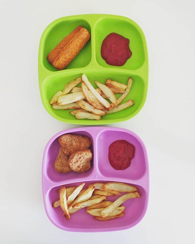 As mens nie op 'n Vrydagaand kan visvingers en chicken nuggets eet nie, wanneer kan jy? 🤭 . . . #replay #replayrecycled #toddlermealidea #recycledmilkbottles #airfryermeals #fridaynightdinner #chickennuggets #fishfingers #airfryerchips #mammieblok