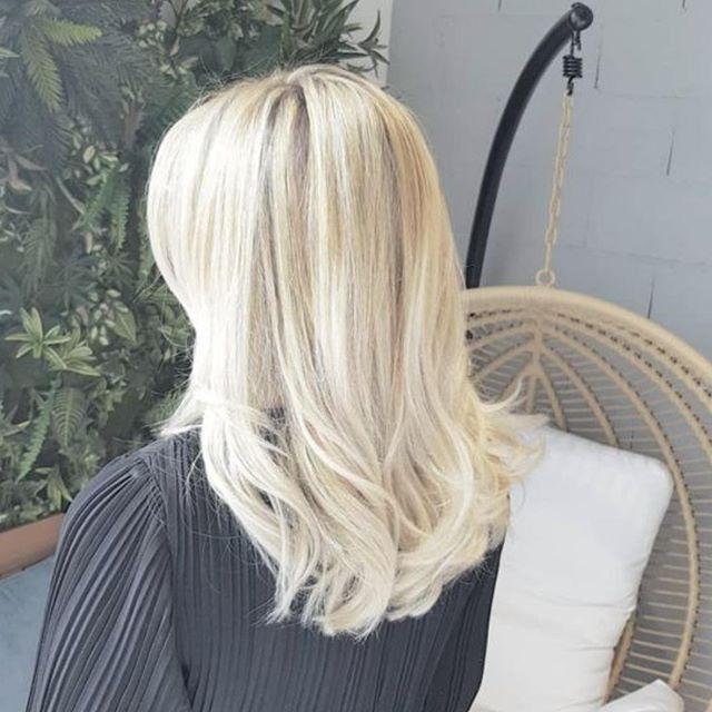 Un blond pur, froid, sans faux reflet jaune, c'est le Blond Benji que tu peux venir essayer à la 🏡 :) @benji.madamemonsieur.official . . . #blonde #haircolor #kevinmurphy #balayage #mèche #blondpur #coloration #coiffeur #coupe #haircut #wavy #polygoneriviera #cagnessurmer #frenchriviera #rentree #hairdresser #haistylist