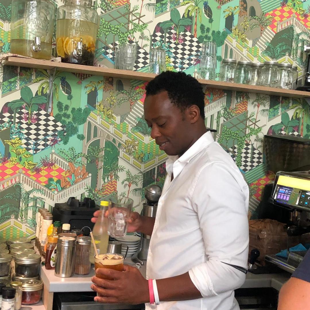 SASA - BARISTA - Après une quinzaine d'années à Londres, où il a appris l'art du café dans les coffee-shop de la capitale, Sasa vient s'installer sur la Côte d'azur, et a a coeur de partager avec vous son goût pour le café.