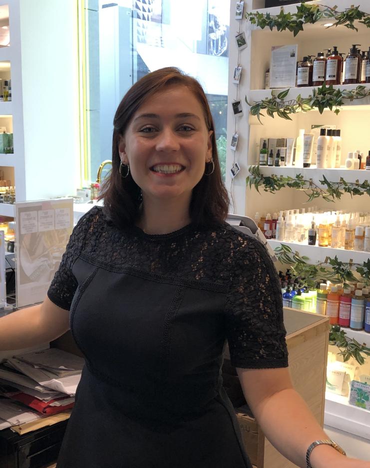 LOUISE -PERSONAL SHOPPER - Etudiante en master Luxe à Skema, Louise, pleine d'énergie, souriante et disponible, t'accueille le week-end à la Maison pour t'aider à trouver le bon service et le bon produit :)