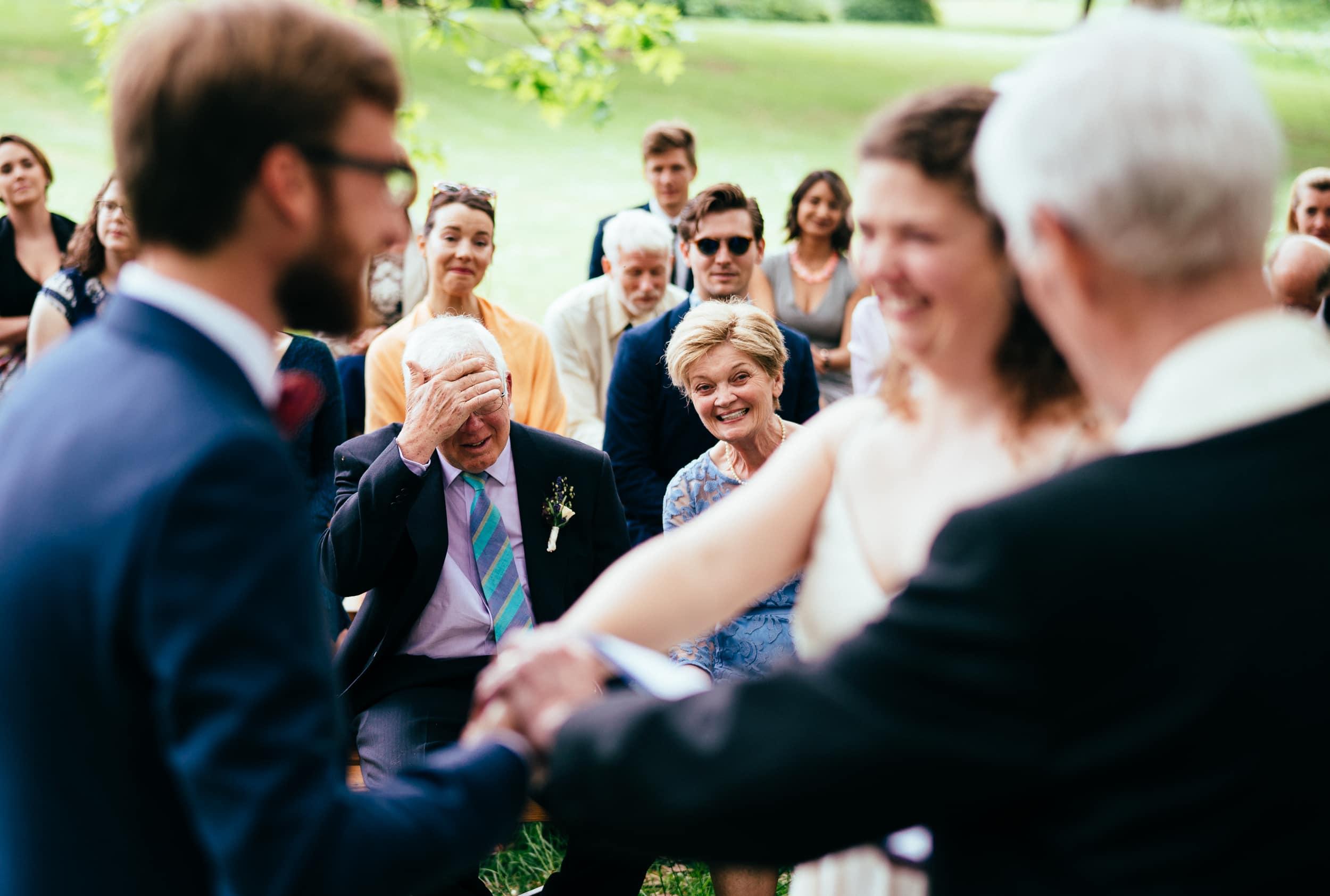 billede-af-mor-og-far-under-bryllupsceremoni.jpg
