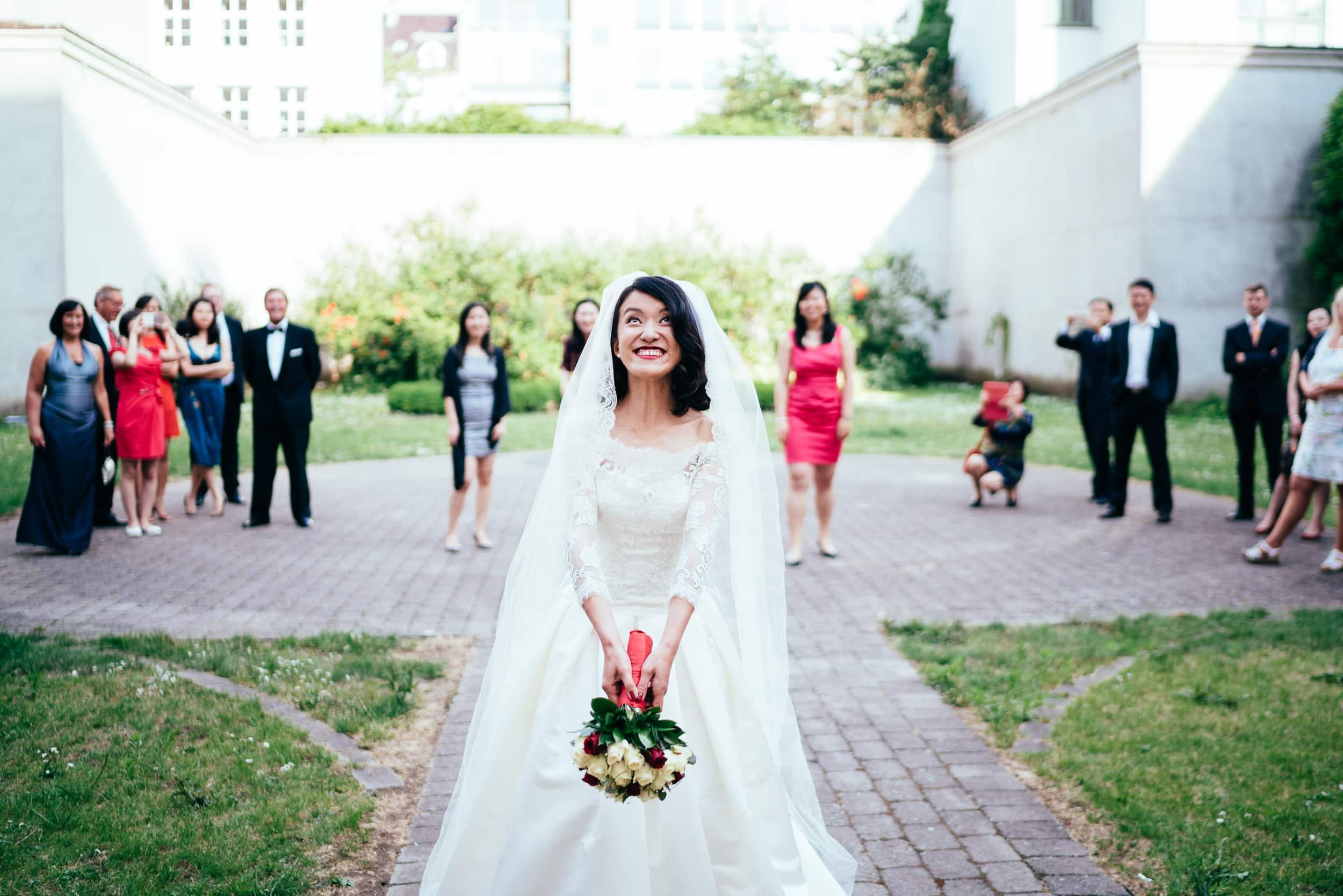 brud-der-kaster-buket-bryllup.jpg