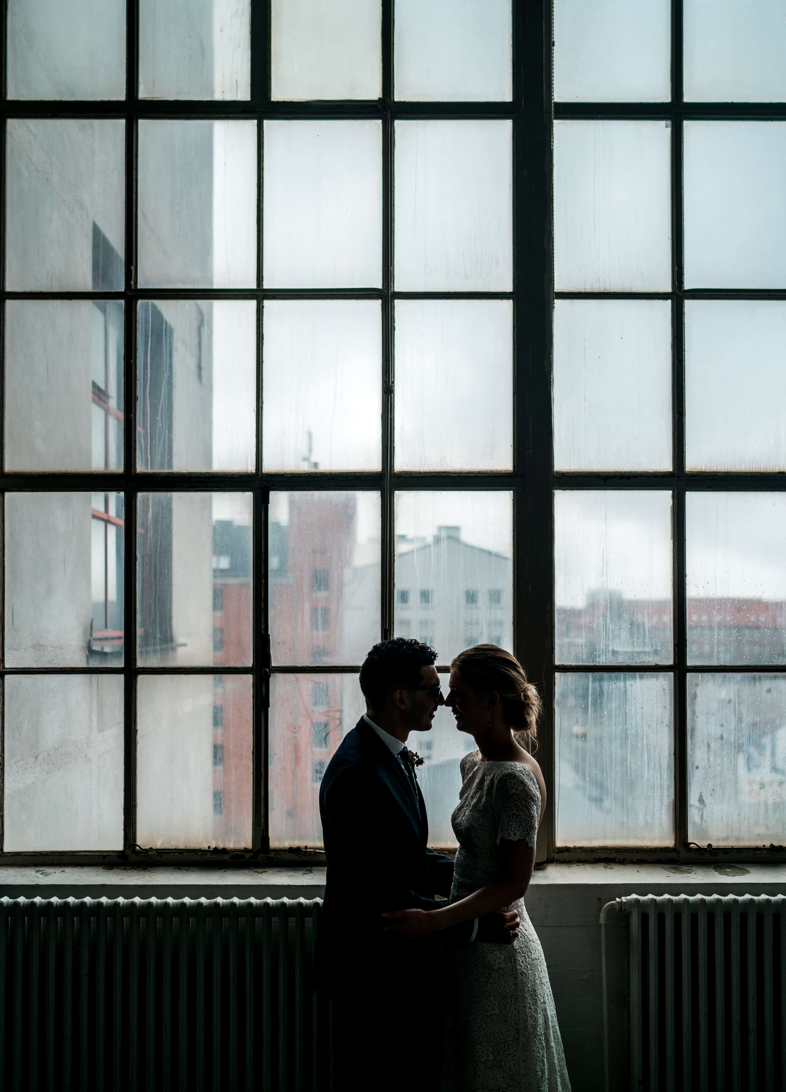 bryllupsfotografi-brudepar-industrielt-vindue.jpg