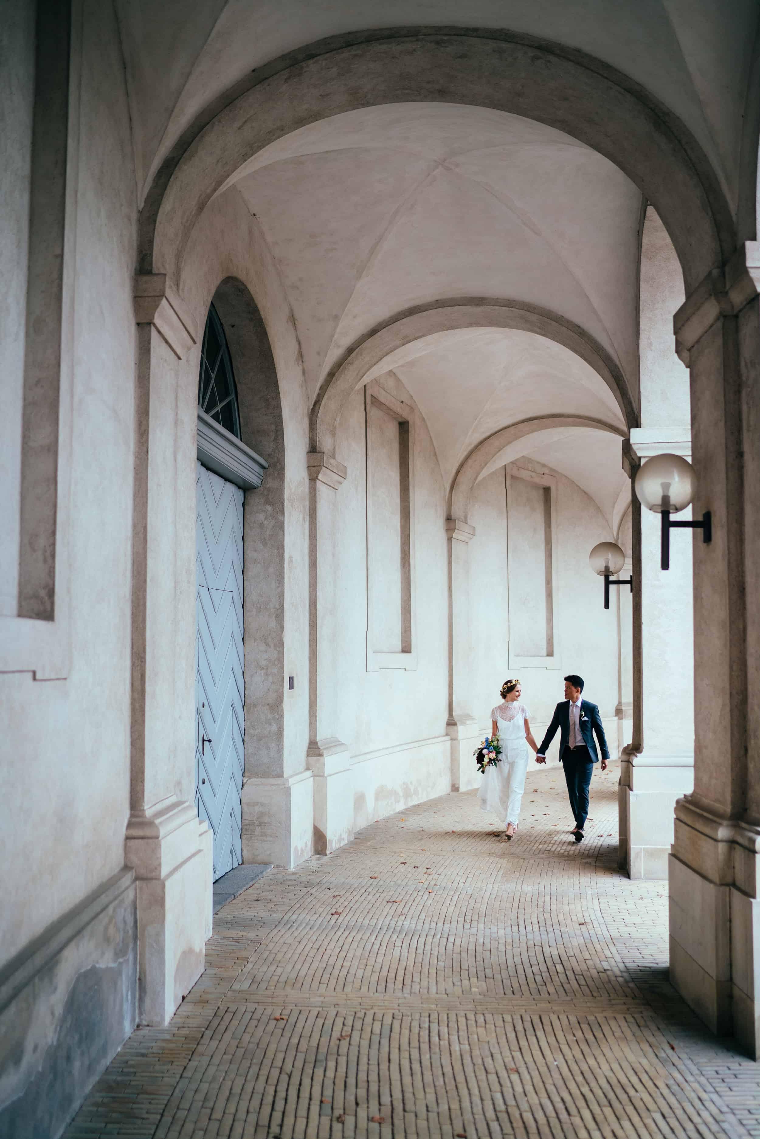 brudepar-under-søjlegangene-ved-christiansborg.jpg