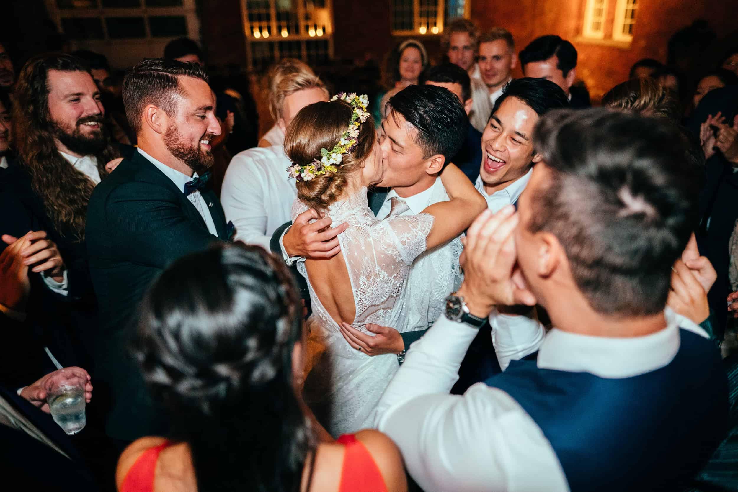 brudevals-med-stjernekastere-bryllupsfotograf-københavn-1.jpg