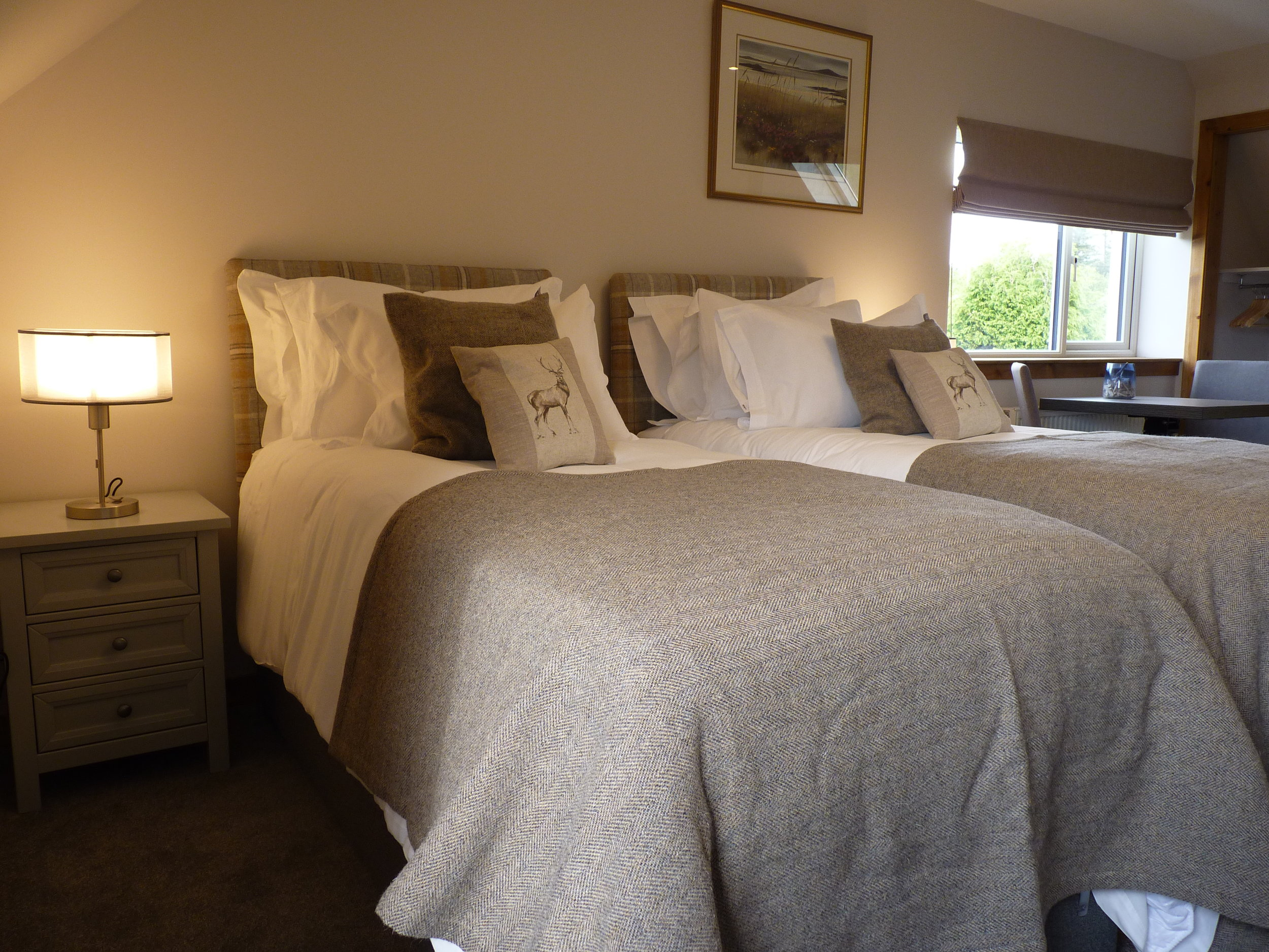 North Suite Skye Lodge - Egyptian Cotton Sheets. A choice of 3 pillows for your sleep comfort (25m2 / 269 ft2)A room with a view. Sunsets and sky on Isle of Skye.✓ Bathrobes✓ Blackout curtains✓ Coffee Maker and Tea Tray✓ Hairdryer✓ Luxury Toiletries✓ Ensuite with walk in power shower