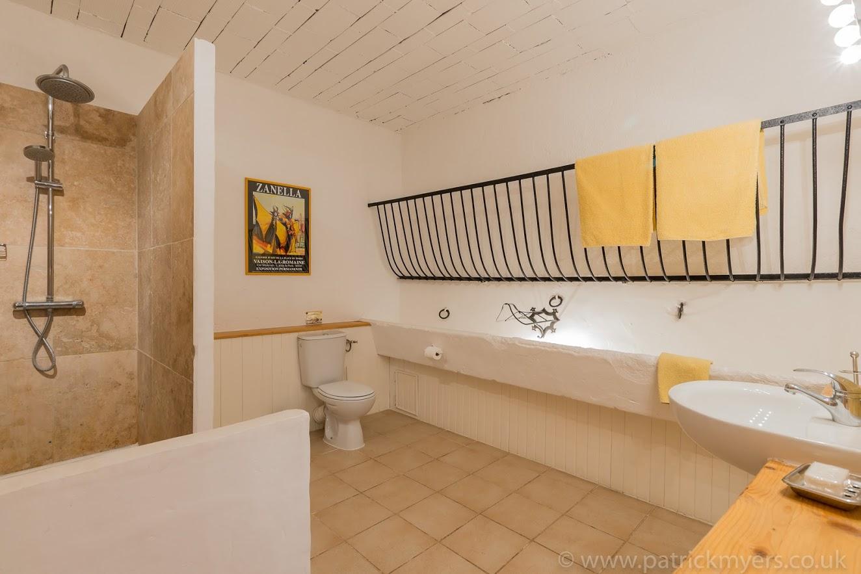 La Grange ensuite bathroom.jpg
