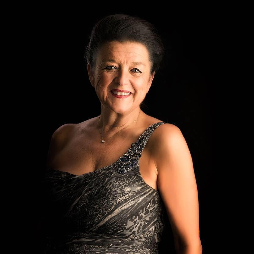 Rendez Vous - Katrien Gallez brengt u de bekendste klassieke meezingers uit Musicals en Operette met vuur en passie. Haar optreden is zeker geen klassiek concert.