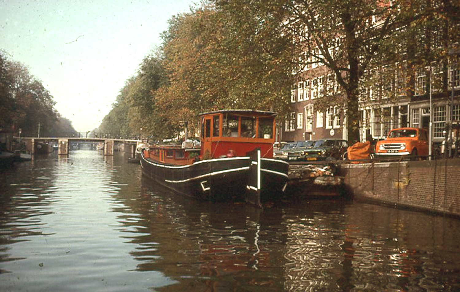 The houseboat docked at its spot on the Prinsengracht.