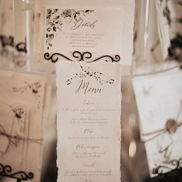 My favorite type of paperie: simple with a personal touch and printed on organic paper... ❤️ Venue @aubergesaintantoine  Event Planner @lecoeurboheme  Photo @ariannphotographe  Paper goods @signaturepapeterie  #organicwedding #handmadepaper #cottonpaper #weddingstationery #weddinginvitations #wedding2019 #wedding2020 #calligraphy #customdesign #organicwedding #mariage2019 #mariage2020 #fairepartmariage #signaturepapeterie #greenerywedding #greeneryinvitation #weddingideas #futurebride #weddingtrends
