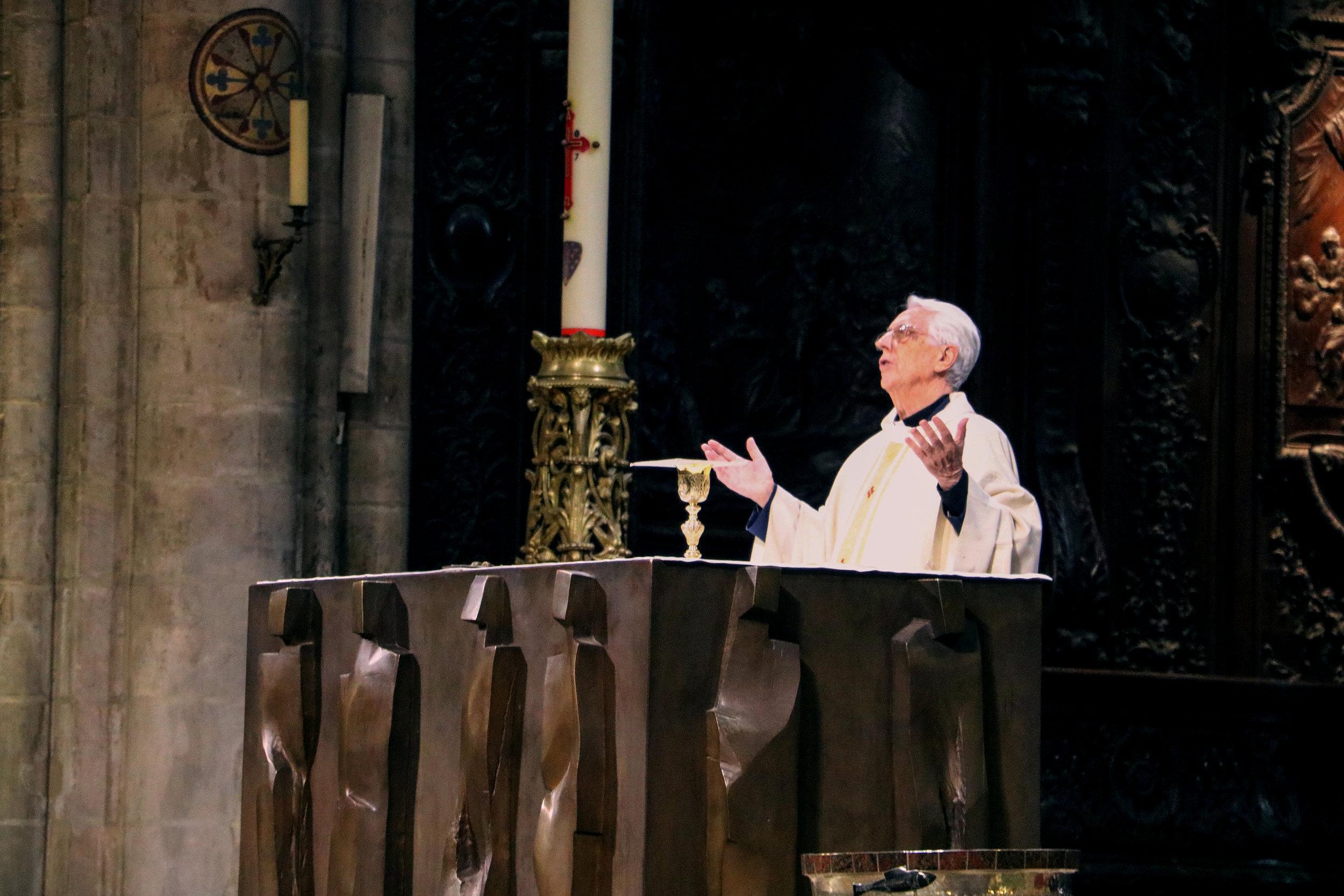 Mass at Notre Dame de Paris © Mora Mora Photography