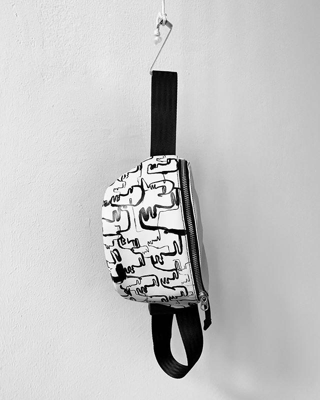 @artemiswlf @patricia_ostermaier #gürteltasche #bauchtasche #fannypack #hipbag #leather #littlebag #leder #handmadeingermany #madeingermany #madeinmunich #drawing #design #style #handpainted #bags #fairfashion #painting #streetstyle #madewell #fashiondaily #localmade #minimalism #minimalfashion #unisex #fashion #deutschland #münchen