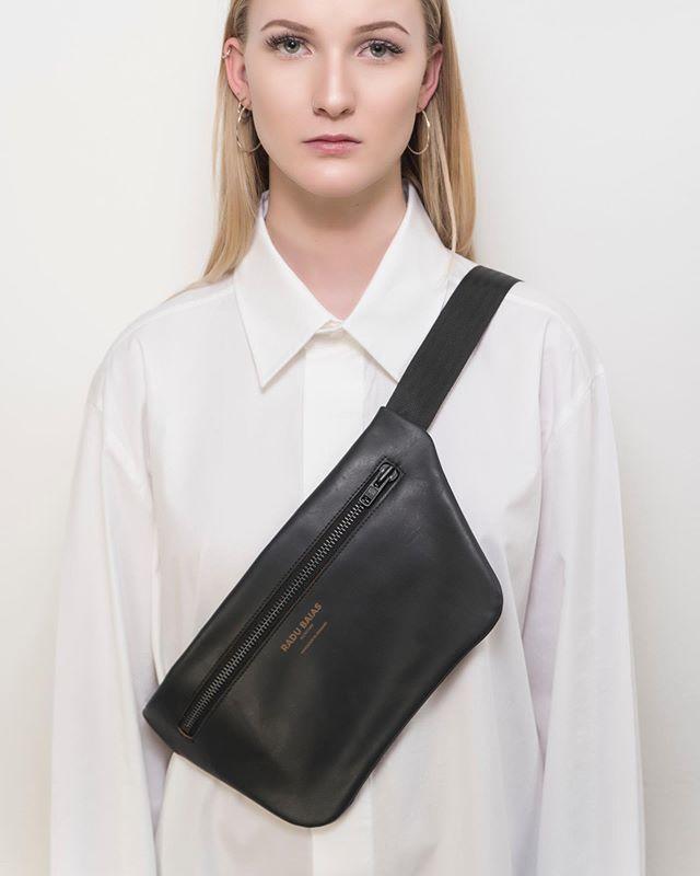 Our crossbody bag in granite black. Made out of premium @olivenleder - Handmade in Munich #gürteltasche #bauchtasche #fannypack #hipbag #leather #littlebag #leder #handmadeingermany #madeingermany #madeinmunich #accessories #design #style #instafashion #bags #fairfashion #olivenleder #streetstyle #madewell #fashiondaily #fashionaddict #minimalism #minimalfashion #unisex #fashion #deutschland #münchen