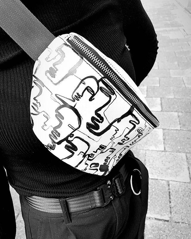 Hand painted by @artemiswlf #gürteltasche #bauchtasche #fannypack #hipbag #leather #littlebag #leder #handmadeingermany #madeingermany #madeinmunich #accessories #design #style #instafashion #bags #fair #90s #streetstyle #madewell #fashiondaily #fashionaddict #minimalism #minimalfashion #unisex #fashion #deutschland #münchen