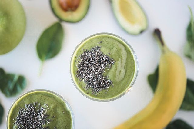 This is one of our favorite go to greens smoothies! It's jam packed with protein, vitamins, minerals, and amino acids! All perfect for recovery after a great workout! - Save now and give it a try later!✅ - Ingredients • 2c Filtered Water • 2c Baby Spinach • 1/2 Frozen Banana • 1/2 Green Apple • 1/4 Avocado • 1 scoop @1stphorm Vanilla Phormula 1 Natural • 2 tbsp Chia Seeds - Blend and enjoy!😋 - Macros: P24 C34 F7 - - - - - #dynamiclifestylesolutions #iam1stphorm #1stphorm #postworkoutsmoothie #holisticnutrition #functionalnutrition #iifym #hormonehealth #functionalhealthcoach #1stphormrecipe #tampa #southtampa #tampablogger #southtampamoms #hydeparkhealthy #smoothierecipes