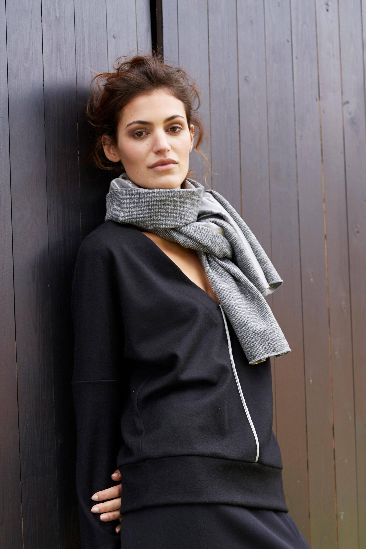 Weiter Pullover mit Schal