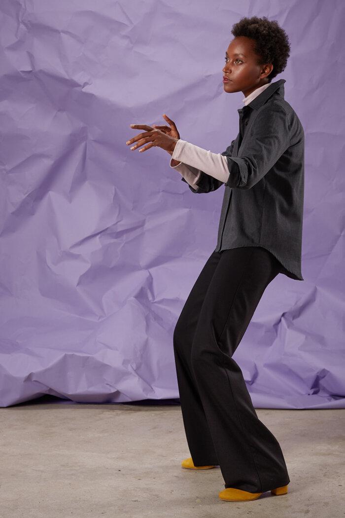 Rosa Langarmshirt kombiniert mit hinten weit ausgestellter Bluse aus Baumwollpiqué
