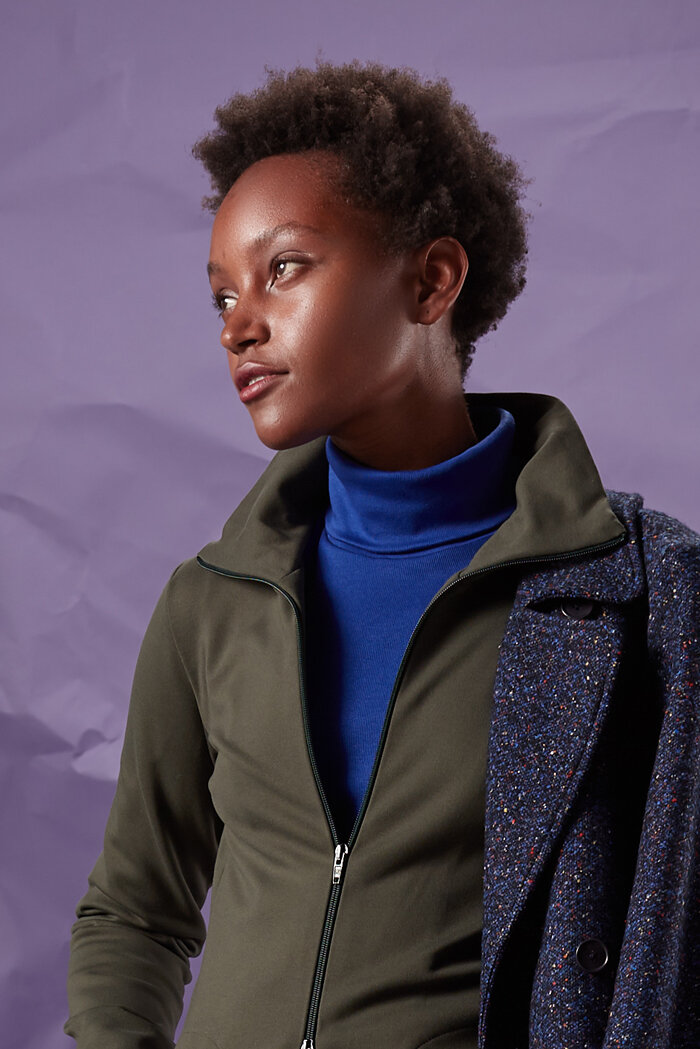 Warme, taillierte Jacke sportlich-elegant mit  royalblauem Rollkragenpullover
