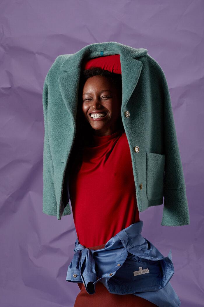 Langarmshirt in lipstickred kombiniert mit der leichtgewichtigen, warmen Winterjacke aus Alpaka