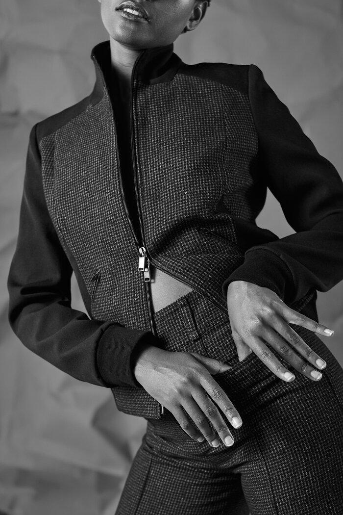 Pepita Anzug: kurzer Blouson mit Strickbündchen aus zwei verschiedenen Schurwollstoffen kombiniert