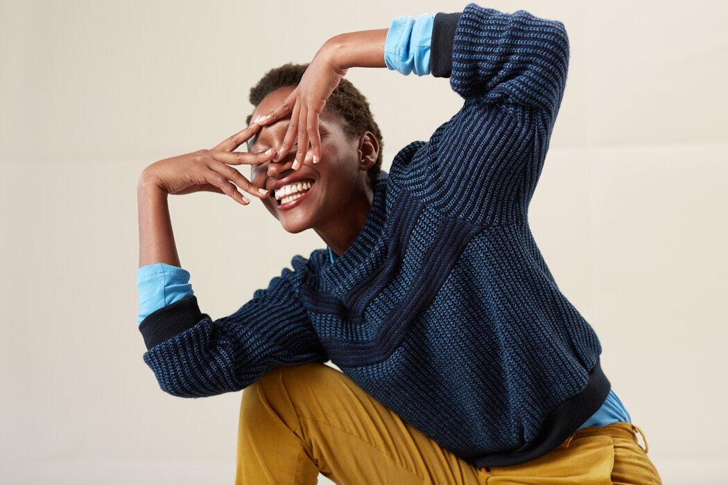 Der doubleface Pullover spielt mit Streifen und Rippenstrick in blau und marine