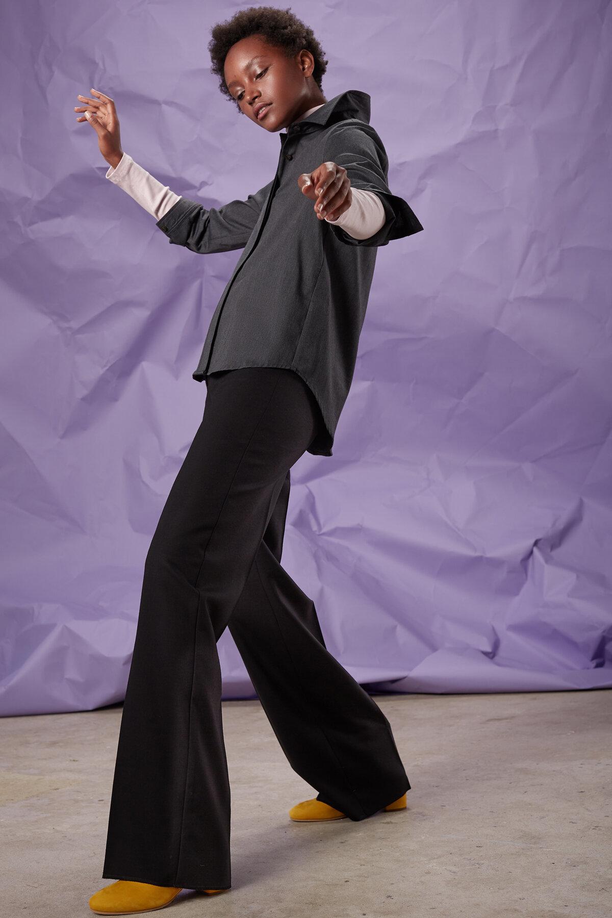 Elegante Schurwoll–Hose mit 3 kleinen Taschen, hohem Taillebund und weitem Bein